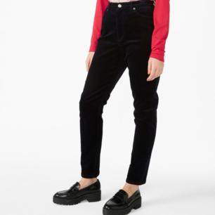 Mörkblåa corduroy byxor från Monki💙  Den sista bilder är där för att man ser tydligare hur byxorna ser ut. Dom är i fint skick! Funkar bra om man är typ 170 cm lång. Fraktar bara och frakten kostar 80 kr💙