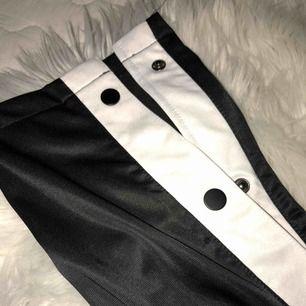 Snygga byxor med knappar längs sidorna Fint skick! Hämtas upp hos mig eller fraktas mot fraktkostnad!