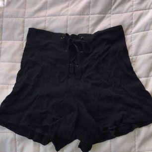 Högmidjade shorts. Midjan kan justeras å anpassas (snörning)