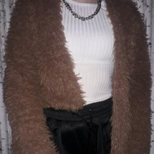 Ordinarie pris:150kr  Kastanje brun faux fur/fluffig kofta, bra skick, liten storlek så rekomenderar att gå upp en storlek större, perfekt att ha under alla årstider, Säljer pga att jag aldrig använder den Pris kan diskuteras