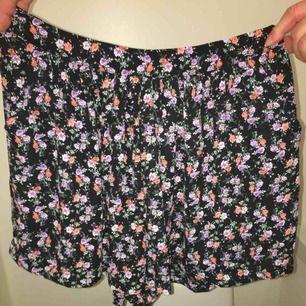 """Ett par jättesöta """"kjol""""-shorts från bikbok! I nyskick och sällan använda. Finns fickor på sidorna även om det är svårt att se på bilderna. Svart """"mesch-tyg"""" med blommor på. Frakten ingår i priset!"""