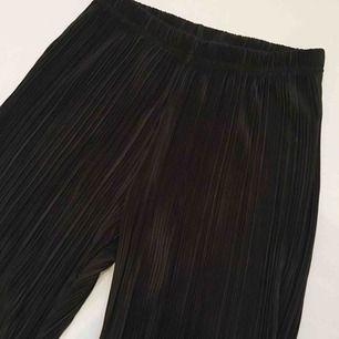 Sköna lösa svarta byxor! Passar xs-m beroende på hur en vill att dom ska sitta. Jag har vanligtvis s i kläder. Swish, möts upp eller skickas.