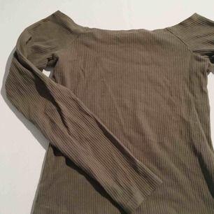"""Långärmad, tight, """"off shoulder"""" tröja i khaki/militärgrön färg. Stryker självklart tröjan innan den skickas. Möts upp eller skickas, betalas med swish"""