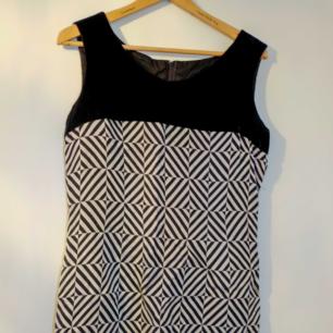 Klänning med överdel i sammer/velour, ingen storleksmärkning men ca 40