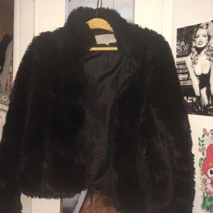 En fejk svart päls jacka. Ett spänne saknas, men fungerar bra ändå! 50 kr + frakt 💓💓 Möts också upp i Stockholm!