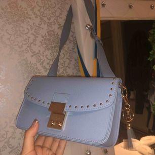 Skitfin och gullig väska! Har aldrig använt och fick det som present men inte min stil av väska. Man får med en spegel och ett klistermärke! De va så när man köpte den i Oslo Norge!❤️frakt:35kr