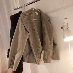 Jacka från hm, 100 kr inklusive frakt. Storlek 42 men är väääldigt liten i storleken. Den passar mig som egentligen har storlek 34