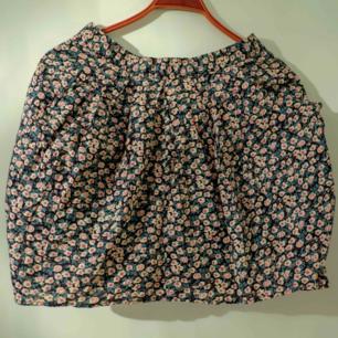 Fint formad kjol med fickor