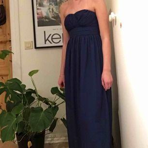 Marinblå balklänning från märket Models Behaviour men inköpt från Nelly.com (899kr). Längden passar perfekt för mig som är 160cm. Frakten inräknas i priset men kan även mötas upp runt Åseda/Växjö ✨❤️