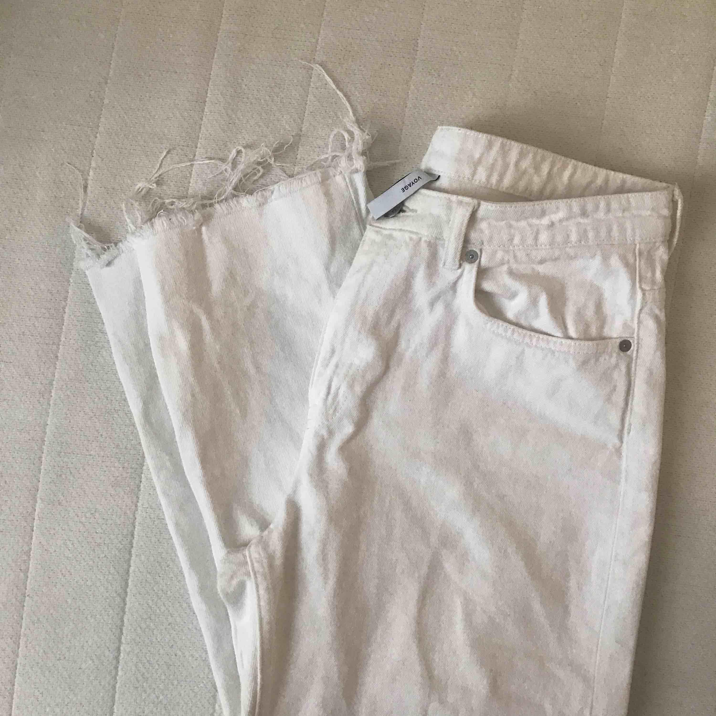 Snygga vita jeans knappt använda, avklippta nertill så slutar ovanför ankeln på mig som är 170cm. Jeans & Byxor.