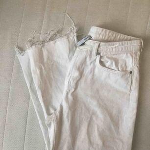 Snygga vita jeans knappt använda, avklippta nertill så slutar ovanför ankeln på mig som är 170cm