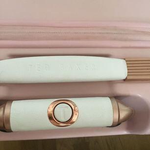 Ted baker resväska från London, finns inte att köpa längre. Använd några få resor men är i bra skick. Den är rosa med roseguld detaljer, och rosetter på. Vita läder handtag, en liten väska man kan ha ovanpå med massor av bra fack. Den går som handbagage. Nypris flera tusen.