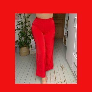 Röda raka kostymbyxor från NAKD, perfekt om man vill synas på klubben. Använda en gång och fick många komplimanger