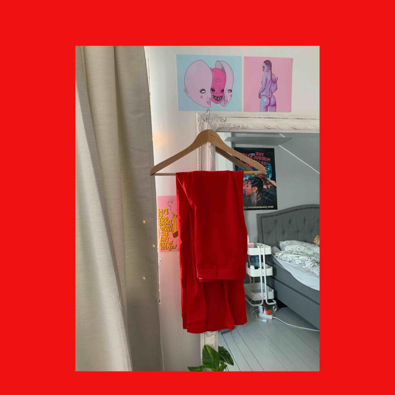 Röda raka kostymbyxor från NAKD, perfekt om man vill synas på klubben. Använda en gång och fick många komplimanger . Jeans & Byxor.
