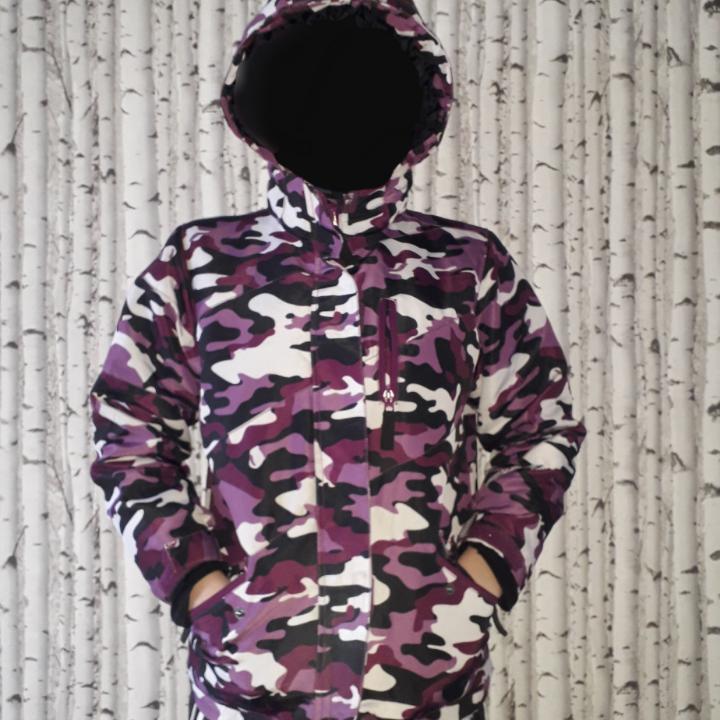 WR system 2000 vinter jacka av skiindustries. Lila,svart,vit kamouflage skidjacka med två sido fickor, en bröstficka,en ficka på högra armen,och två innerfickor ena  försedd med hål för hörlurar. Använd en vinter, skick: mycket bra ,säljer eftersom den är för liten för mig. Jackor.
