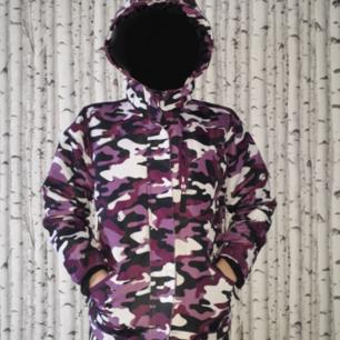 WR system 2000 vinter jacka av skiindustries. Lila,svart,vit kamouflage skidjacka med två sido fickor, en bröstficka,en ficka på högra armen,och två innerfickor ena  försedd med hål för hörlurar. Använd en vinter, skick: mycket bra ,säljer eftersom den är för liten för mig