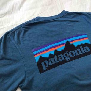 Patagonia t-shirt i något använt men super bra skick! Köparen står för frakt 🗻