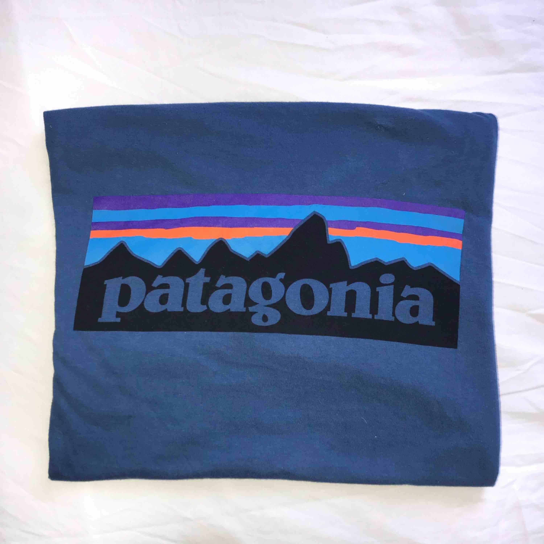 Patagonia t-shirt i något använt men super bra skick! Köparen står för frakt 🗻. T-shirts.