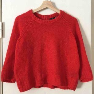 Gosig klarröd stickad tröja, i mohairblandning. Jag som är en M brukade använda tröjan ihop med höga jeans, det funkade bra ihop! ✨
