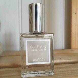 Nästintill oanvänd parfym från Clean, med doft: white woods.  Enbart några sprut tagna från den, lukten föll mig inte i smaken.