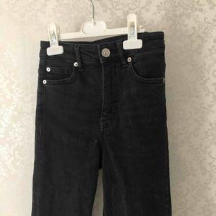 Använd 2 gånger! En gång på nyår och en gång på skolan. Sjukt fina trendiga byxor som alla använder idag, alltså alla och dom är jättedyra och svårt att hitta billiga. Dom är mörkgråa/ svart och skit snyggt med knappar! Frakt: 40kr