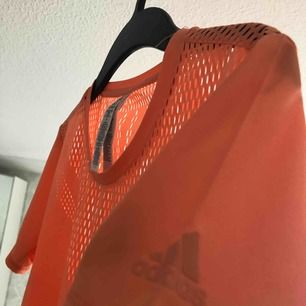 Äkta adidas t shirt, perfekt för träning! Skit snygg och köptes i Dubai fast aldrig använd!😻 Inte min stil så passa på att köpa den❤️frakt: 20kr