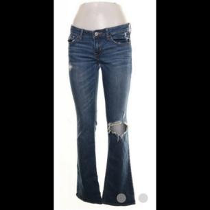 Jeans från hollister i storlek 26/33. Bootcut modell med slitningar på knät. Superbekväma och stretchinga.