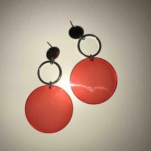 Balla röda örhängen från Gina Tricot. DM för info. Frakt ingår.