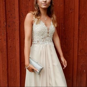 INTRESSEKOLL!! En champagne färgad klänning i storlek xs, (lite skräddarsydd). Använd endast en gång. Skriv om du är intresserad så kan vi diskutera pris osv. (Kommer ej sälja den för 100kr)