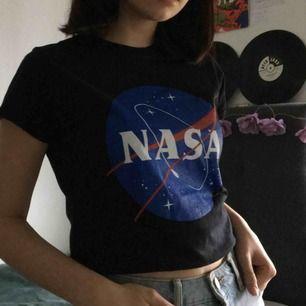 så snygg tröja med nasa tryck, enda problemet är att jag föredrar oversized :/. bestämde mig för att sälja den nudå, har använt den typ en gång. den passar nog bäst på en xs-s. köpare står för frakt! ingen aning var jag köpte den förresten
