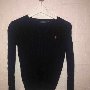 Marin jättefin kabelstickad tröja ifrån USA. Köpt i butik och väldigt fint skick