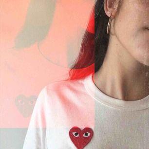 Säljer nu min älskade CDG-play tröja, eftersom att det är dags för mig att inse att den inte kommer till användning längre, behöver en ny fin ägare!!    Använd, men i helt perfekt skick. Storlek S men passar även XS.  Frakt ingår☺️💖