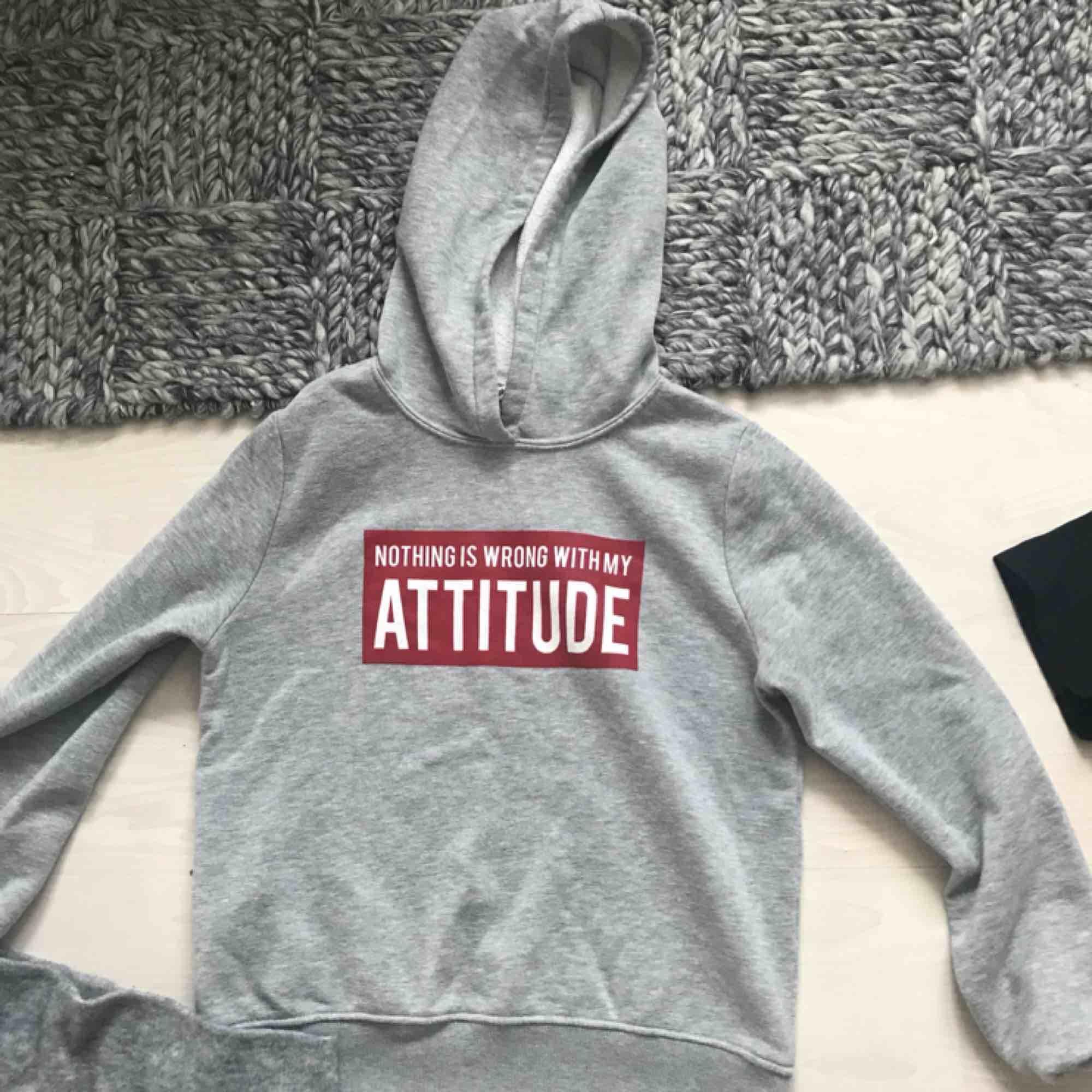 Snygg grå hoodie från Gina i bra skick. Huvtröjor & Träningströjor.