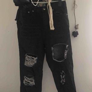 mörkgråa mom jeans från boohoo med stora hål. storlek 38 eur. använt 3-5 gånger, nästan nyskick. 95% bomull🕷🙌🏽🖤  100 kr (utan frakt) köparen står för frakt. tar bara swish!