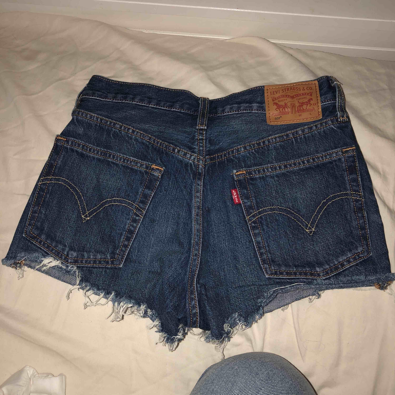 Levis shorts i storlek 26W. Frakt tillkommer. . Shorts.