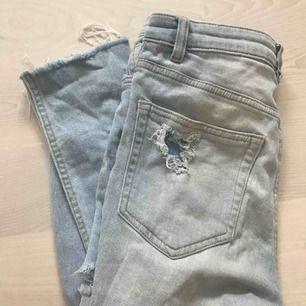 Snygga högmidjade, slitna jeans ifrån hm. De har även en slitning på baksidan av låren nedanför rumpan vilket är väldigt snyggt!!