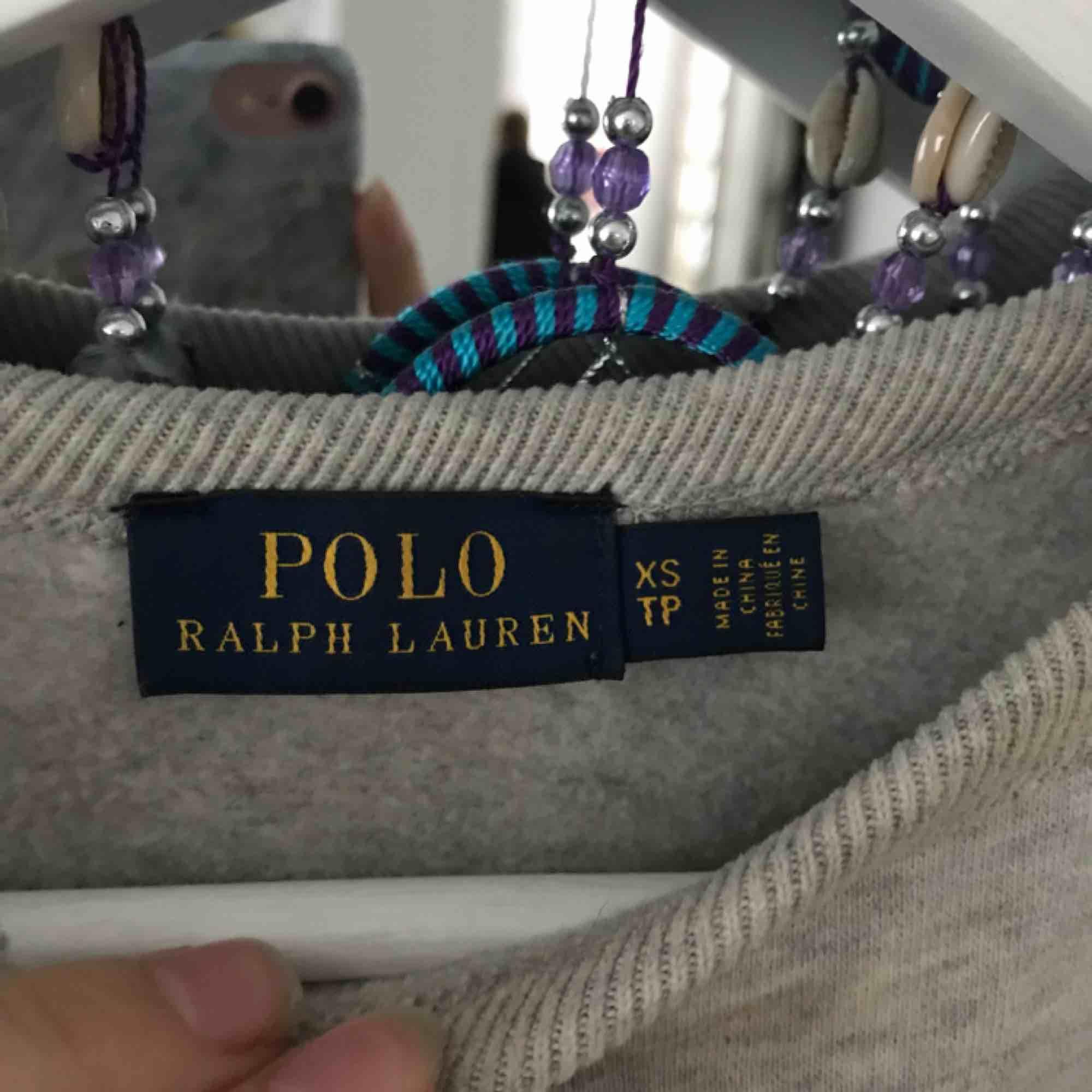 Väldigt skön och varm tjocktröja från Ralph Lauren, nypris 1000kr och endast andvänd ett fåtal gånger så den är i väldigt bra skick. Huvtröjor & Träningströjor.