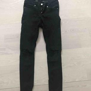 snygga jeans med slitningar på knäna och nertill. Bra passform