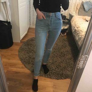 Helt nya högmidjade jeans med lappar kvar. Storlek 28. Passar mig med S utmärkt! (Säljer även likadana i storlek 27)