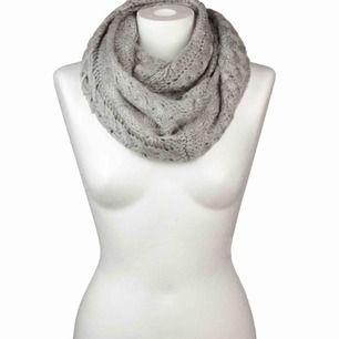 Jättefin oanvänd grå stickad halsduk! :)
