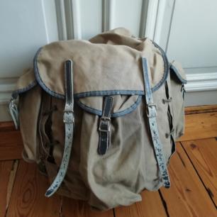 Retro vandringsryggsäck med läderremmar.