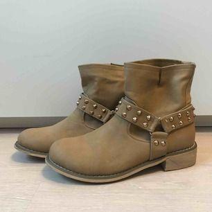 Sparsamt använda skor i storlek 39. Kan hämtas upp i Sandviken/Gävle annars tillkommer frakt.