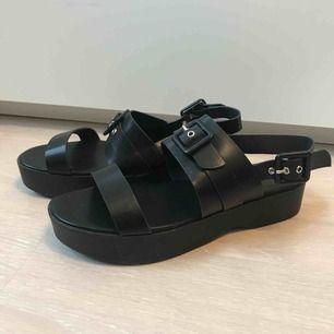 Ascoola helt oanvända sandaler med tjock sula i storlek 39! Kan hämtas upp i Sandviken/Gävle annars tillkommer frakten.