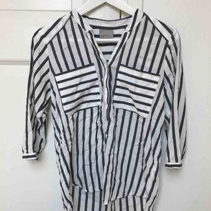 Så snygg skjorta från Vero Moda med trekvartsärmar.  I så fint skick!🕊🕊