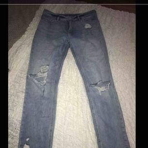 Säljer ett par håliga jeans från H&M i stl 36,men mer som en liten 38. Vissa hål har spruckit upp men jag tycker bara det är snyggt.Säljer de för 100 kr ink frakt.