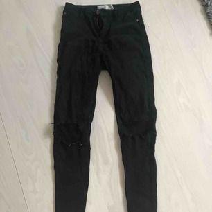 Snygga svarta slitna jeans ifrån Gina passform: Molly