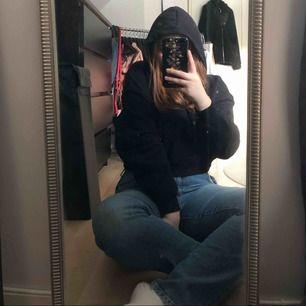Svart croppad hoodie från H&M. Den är inte så stor för att vara L. Priset är inklusive frakt. Tar endast swish! Har en likadan röd om någon är intresserad!