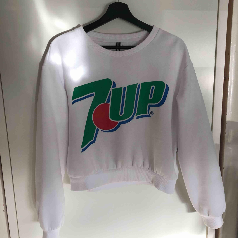 Sweatshirt med 7-up tryck från H&M. Priset är inklusive frakt. Tar endast swish!. Huvtröjor & Träningströjor.