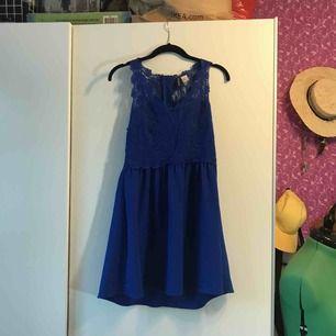 Sparsamt använd klänning med jättefin spets över livet i storlek 40. Kan hämtas upp i Sandviken/Gävle annars tillkommer frakt.