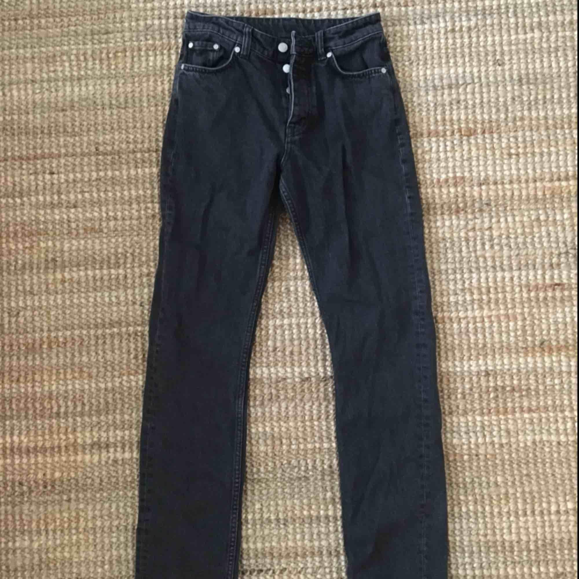 LINE JEANS från Weekday stl 26/32 Rak modell, tvättad svart färg. Fint skick, knappt använda pga fel storlek Köparen står för frakt, ca 50kr💖 kan hämtas upp i Lund eller Malmö . Jeans & Byxor.